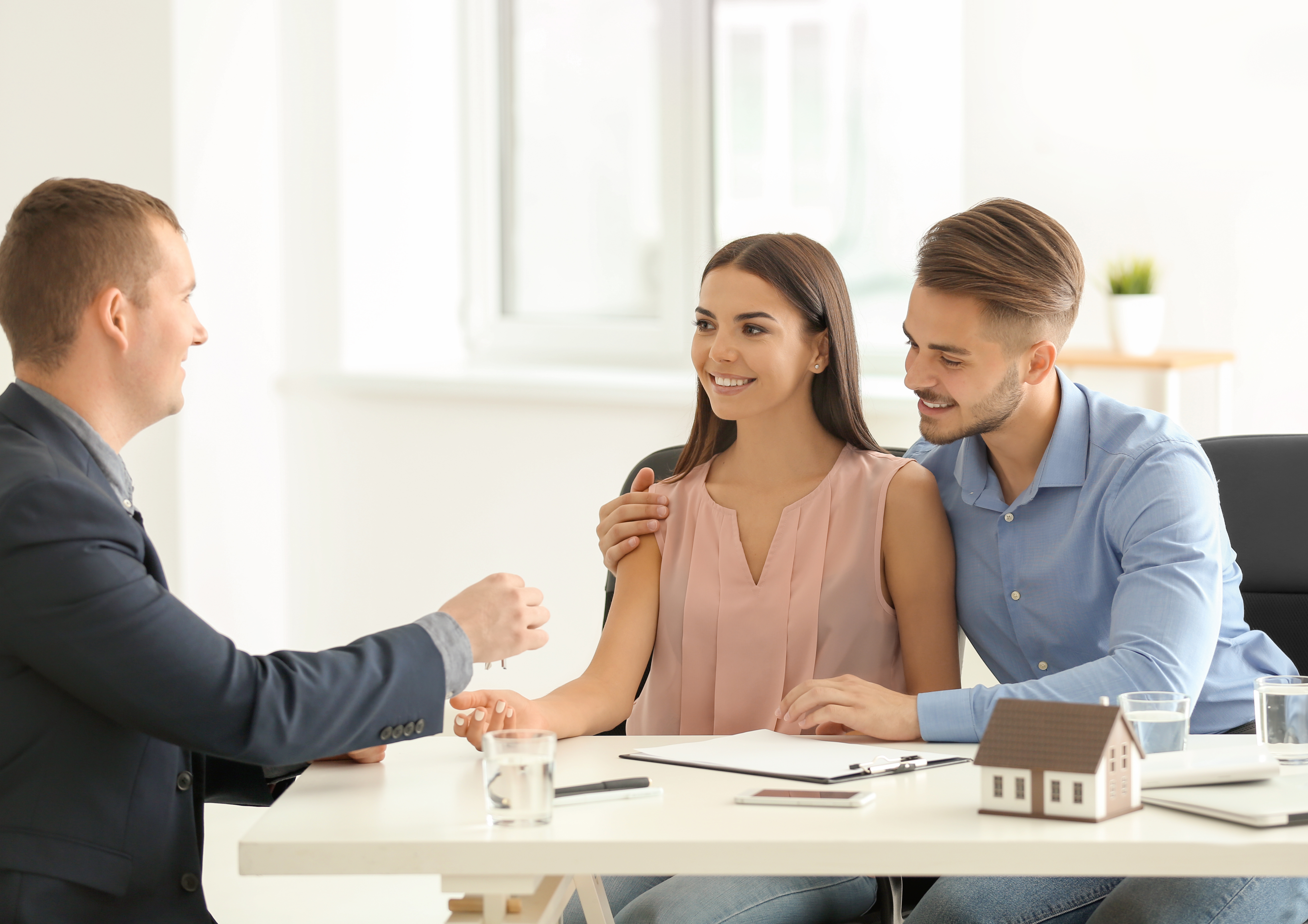 Mortgage-broker-helping- couple